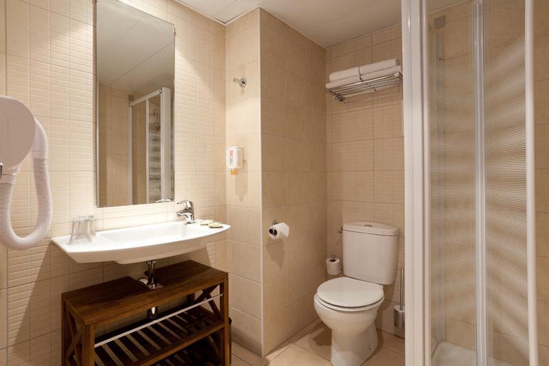 Hotel Roissy Lourdes chambre triple confort avec douche