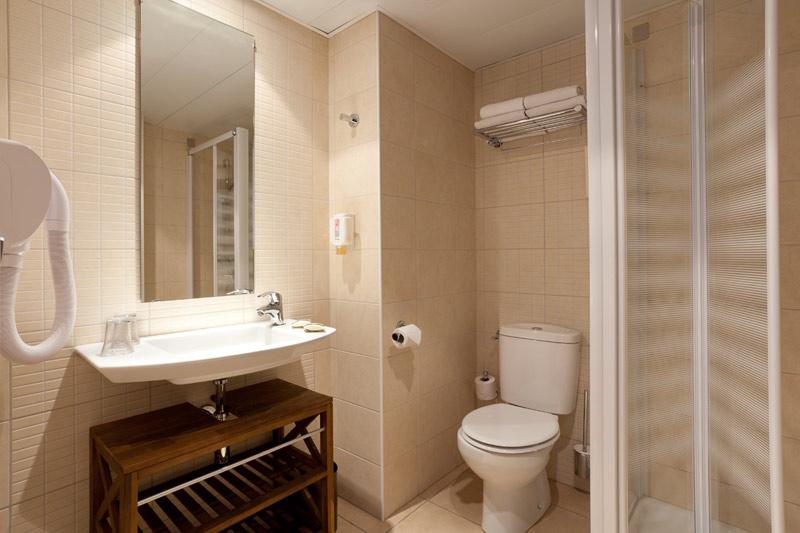 Hotel Roissy Lourdes family room with shower
