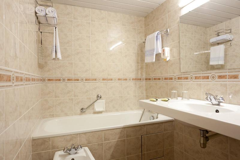 Hotel Roissy Lourdes chambre triple confort avec bain