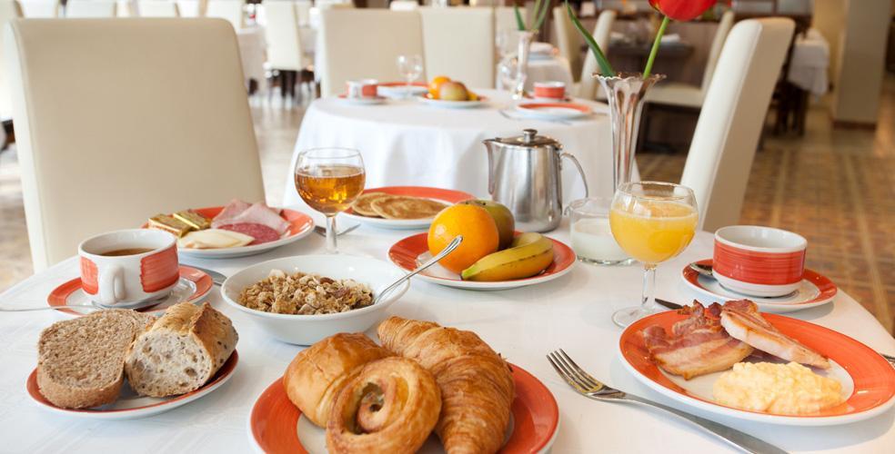 Hotel Roissy Lourdes petit déjeuner buffet chaud et froid